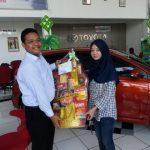 Foto Penyerahan Unit 1 Sales Marketing Mobil Dealer Toyota Purwokerto Moris Ryan