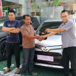 Foto Penyerahan Unit 3 Sales Marketing Mobil Dealer Toyota Purwokerto Danu