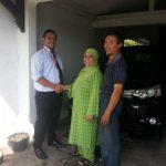 Foto Penyerahan Unit 3 Sales Marketing Mobil Dealer Toyota Purwokerto Moris Ryan